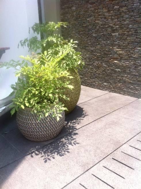 Proyecto La Castellana.: Terrazas de estilo  por THE muebles