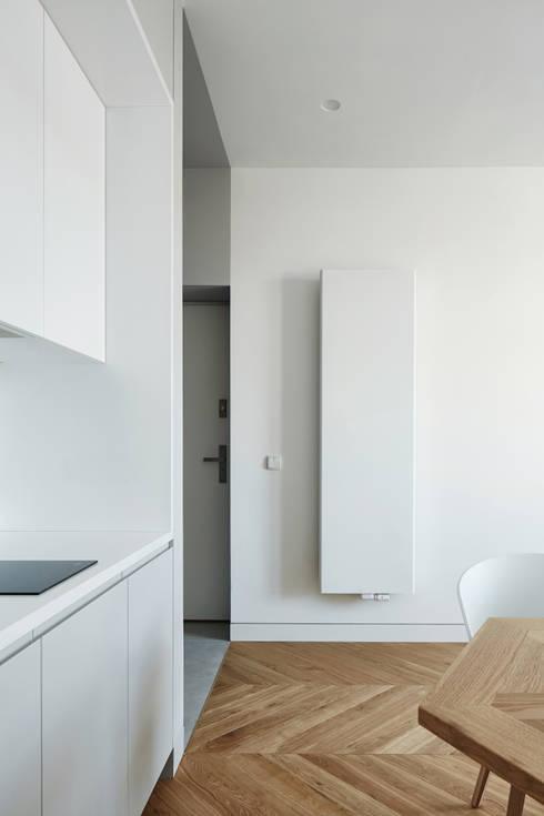 Daniel Apartment : minimalistic Kitchen by BLACKHAUS