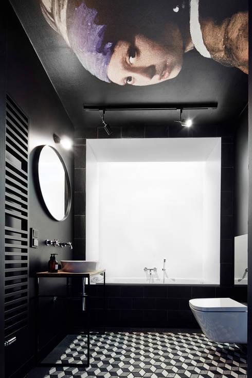 Daniel Apartment :  Bathroom by BLACKHAUS