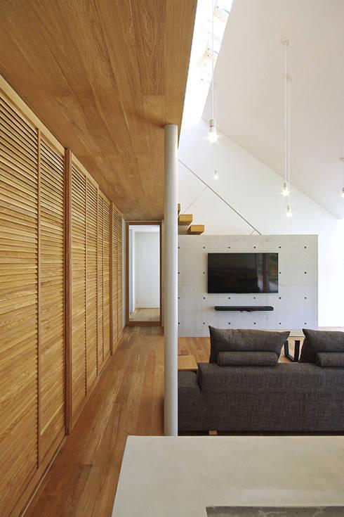 リビング: 空間建築-傳 一級建築士事務所が手掛けたリビングです。