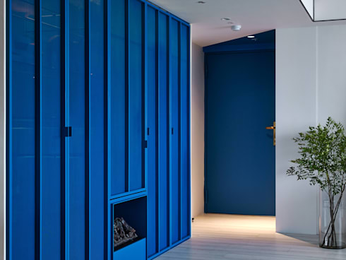 Vivid Color  重彩:  走廊 & 玄關 by 水相設計 Waterfrom Design