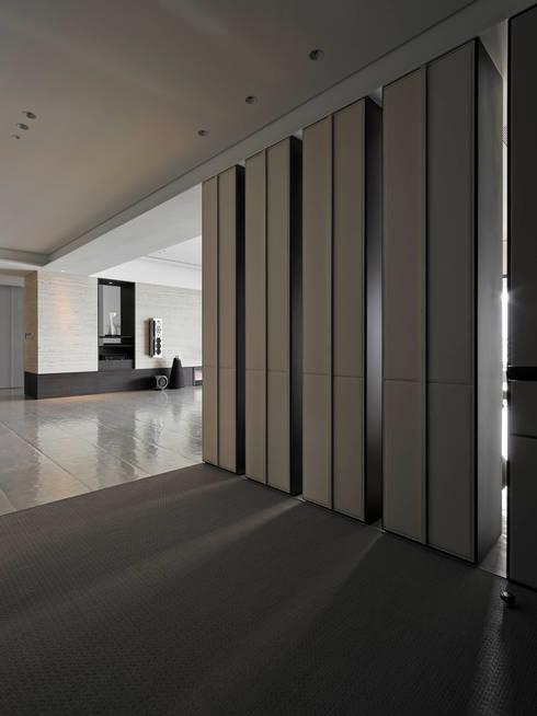 Timeless  慢行:  走廊 & 玄關 by 水相設計 Waterfrom Design