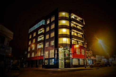 fachada hotel noche iluminación : Hoteles de estilo  por diseño integral y construcción sac