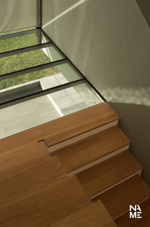 ESCALERA: Pasillos y recibidores de estilo  por NAME Arquitectos