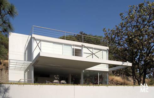 FACHADA FRONTAL: Casas de estilo moderno por NAME Arquitectos