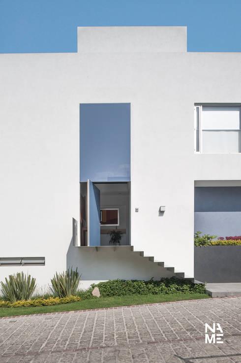 ACCESO PRINCIPAL: Pasillos y recibidores de estilo  por NAME Arquitectos