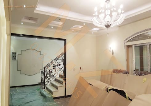 صاله علوية:  غرفة المعيشة تنفيذ شركة زمزم للتصميم و التفيذ المعماري