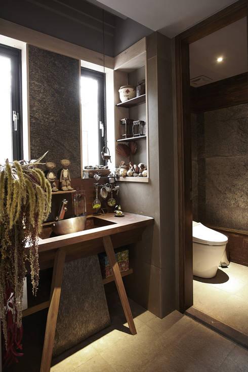 Bathroom by 戎馬整合設計