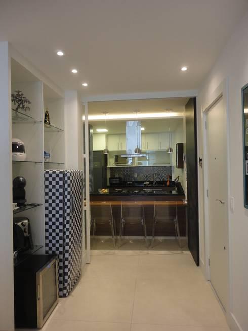 hall de entrada e cozinha integrada: Corredores e halls de entrada  por Maria Helena Torres Arquitetura e Design