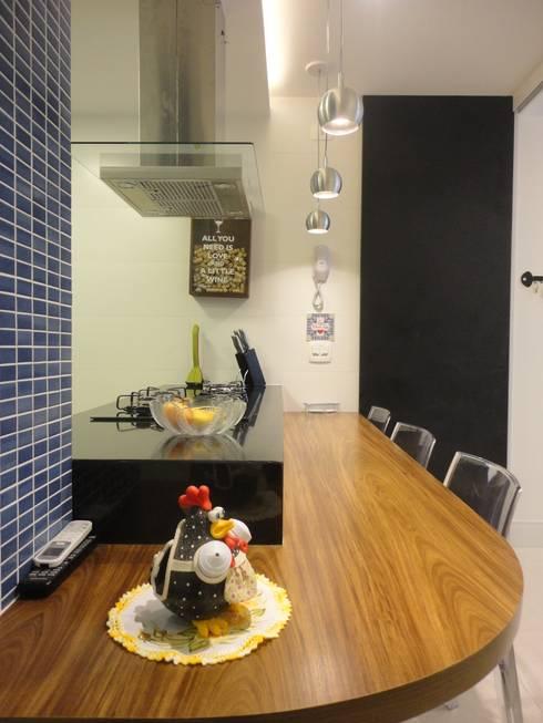 cozinha integrada: Cozinhas modernas por Maria Helena Torres Arquitetura e Design