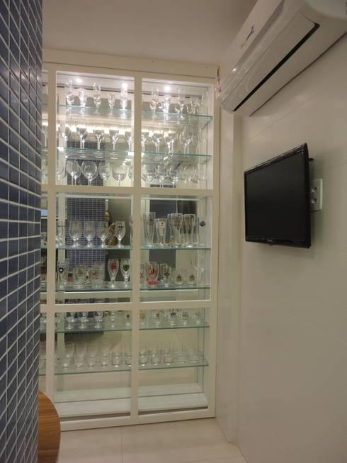 cozinha integrada - vitrine: Cozinhas modernas por Maria Helena Torres Arquitetura e Design