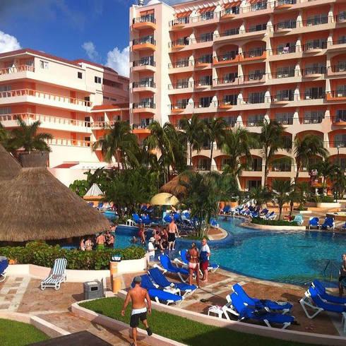 HOTEL COZUMELEÑO: Albercas de estilo topical por DISEÑO APLICADO AVANZADO DE GUADALAJARA
