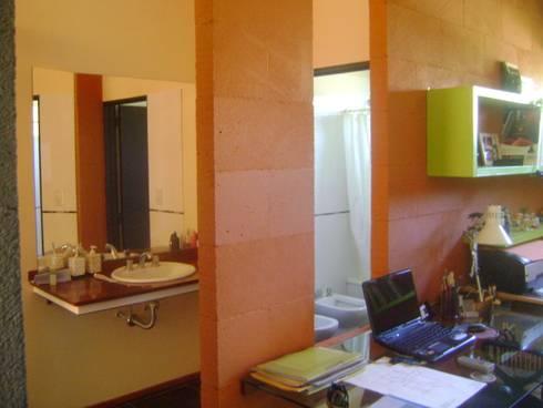 Baños de estilo minimalista por Marcelo Manzán Arquitecto