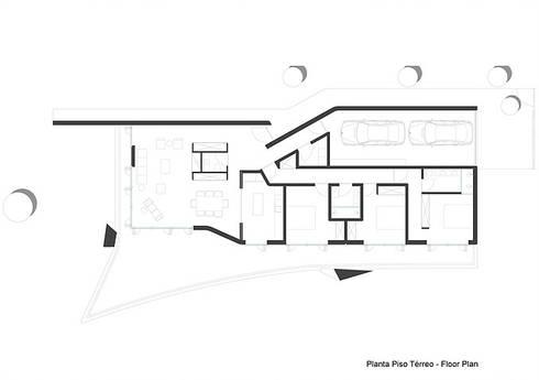 pt - Planta de Piso Térreo en - Ground Floor Plan:   por Office of Feeling Architecture, Lda