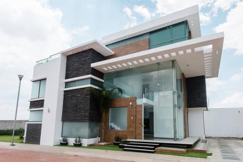Casa Los Angeles L.H.: Paredes de estilo  por BRAVO ARQUITECTOS INGENIEROS