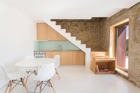 SH HOUSE: Salas de estar escandinavas por PAULO MARTINS ARQ&DESIGN