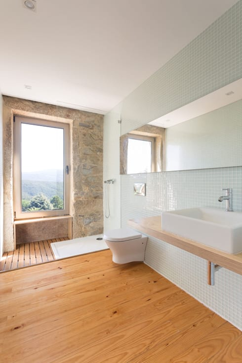 Baños de estilo escandinavo por PAULO MARTINS ARQ&DESIGN