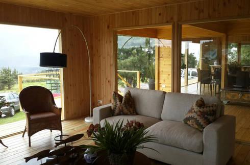 La calidad de los espacios interiores en madera: Salas de estilo moderno por Taller de Ensamble SAS