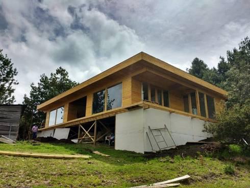 Vivienda suburbana en madera:  de estilo  por Taller de Ensamble SAS