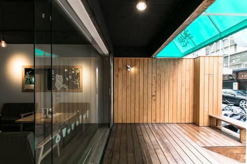 BRAVO INTERIOR DESIGN & DECO    COZY STYLE:  陽台、門廊與露臺 by 璞碩室內裝修設計工程有限公司