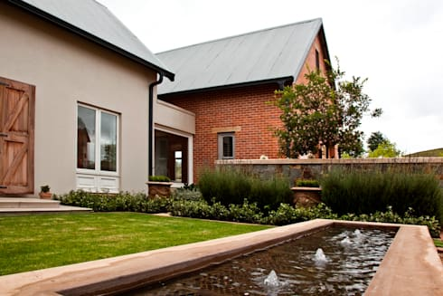 Beautiful Gowrie Farm: classic Houses by Walker Smith Architects