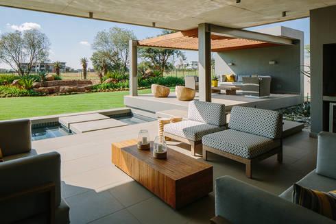 House Serengeti:  Patios by www.mezzanineinteriors.co.za