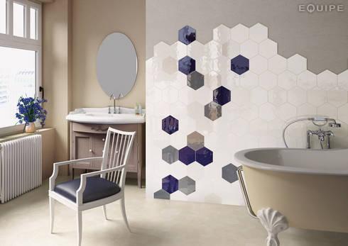 Hexatile Blanco, Crema, Cobalto, Gris Oscuro brillo 17,6x20,1: Baños de estilo mediterráneo de Equipe Ceramicas