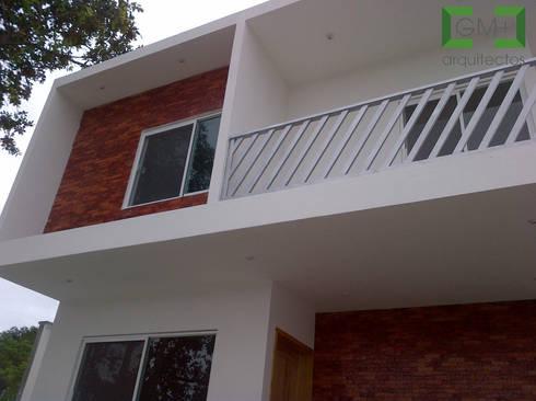 Casa <q>ZR</q>: Casas de estilo moderno por [GM+] Arquitectos