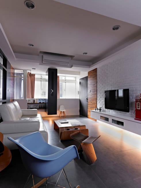 美式都會的時尚風格-寫意人生的輕快節奏:  客廳 by 采金房 Interior Design