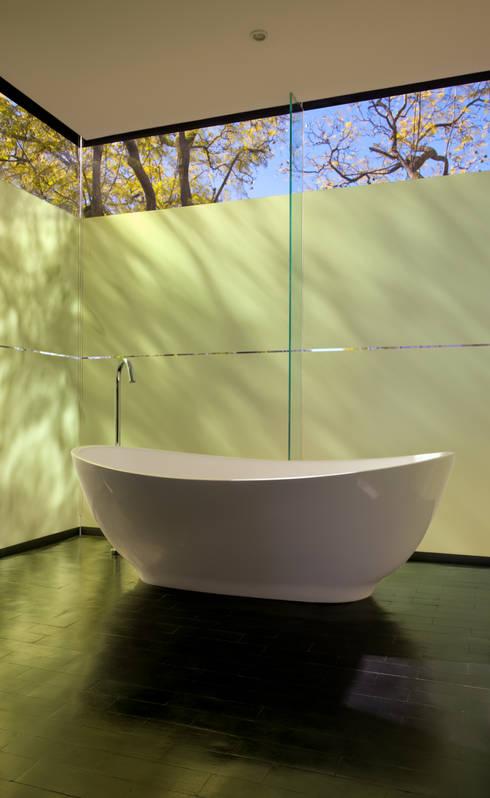 Bathroom:  Hotels by www.mezzanineinteriors.co.za
