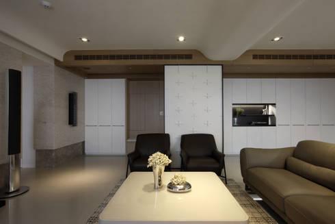 1+1家的擁抱:  客廳 by 大言室內裝修有限公司