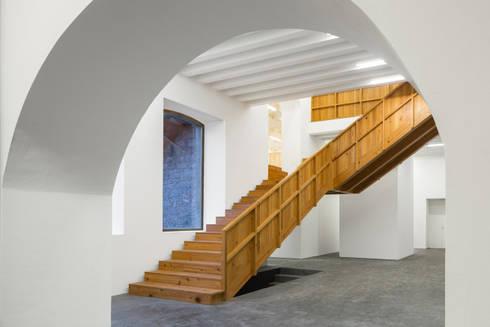 Arquipélago- Centro de Artes Contemporâneas dos Açores: Corredores e halls de entrada  por Menos é Mais - Arquitectos Associados