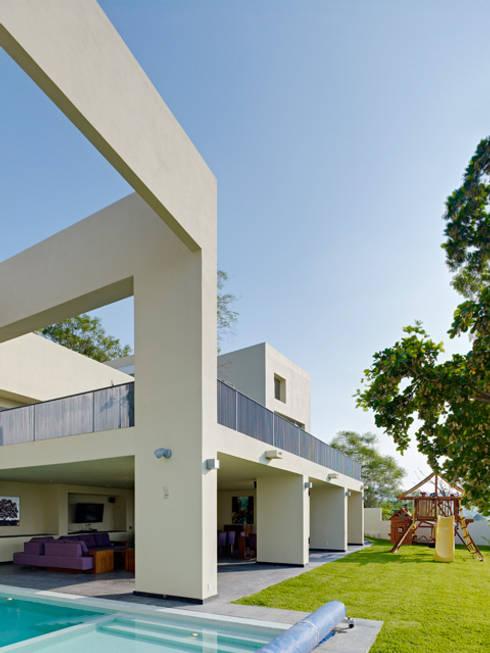 RESIDENCIA OROZCO: Casas de estilo minimalista por Excelencia en Diseño