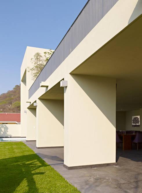 TERRAZA : Casas de estilo minimalista por Excelencia en Diseño