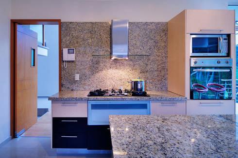 COCINA: Cocinas de estilo minimalista por Excelencia en Diseño