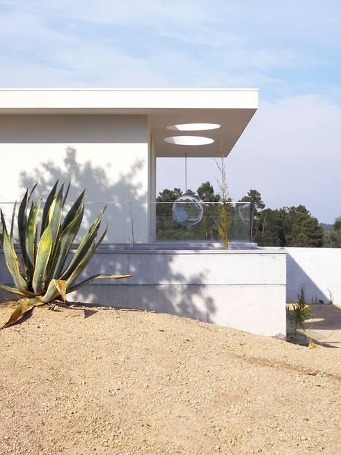 Casa Claudia: Casas minimalistas por Artspazios, arquitectos e designers