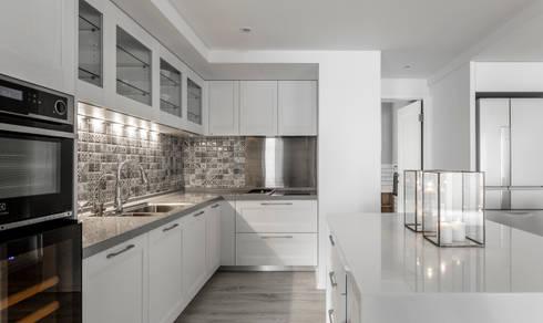 流白:  廚房 by 潤澤明亮設計事務所