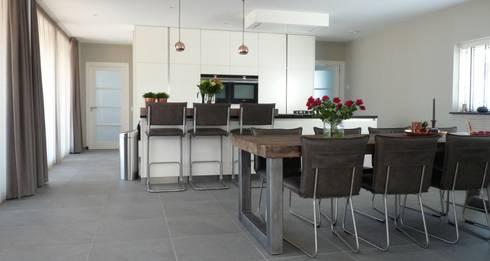 modern Dining room by Villa Delphia