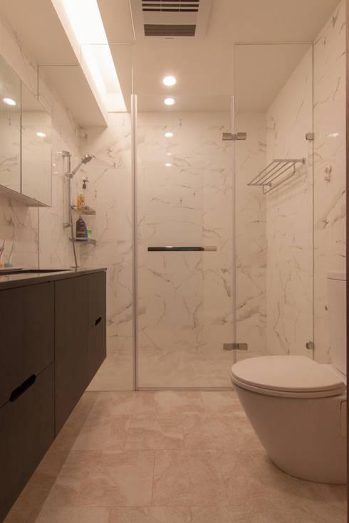 ZNY house:  浴室 by 珞石設計 LoqStudio
