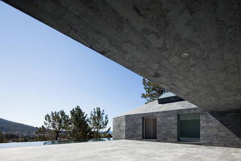 Casa de Afife: Casas modernas por Menos é Mais - Arquitectos Associados