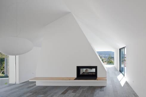 Casa de Afife: Salas de estar modernas por Menos é Mais - Arquitectos Associados