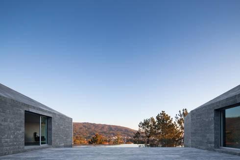 Casa de Afife: Piscinas modernas por Menos é Mais - Arquitectos Associados