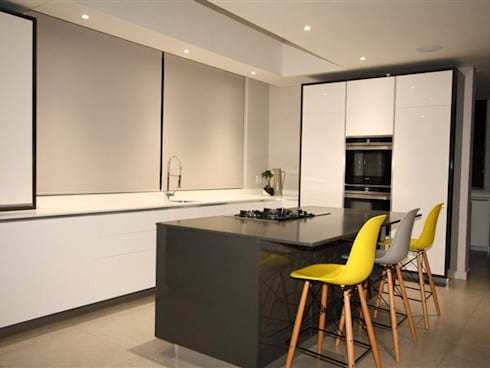 Kitchen: minimalistic Kitchen by E2 Architects