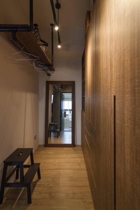 Ruang Ganti by 珞石設計 LoqStudio