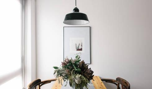 Mesa de refeições: Sala de jantar  por Arkstudio