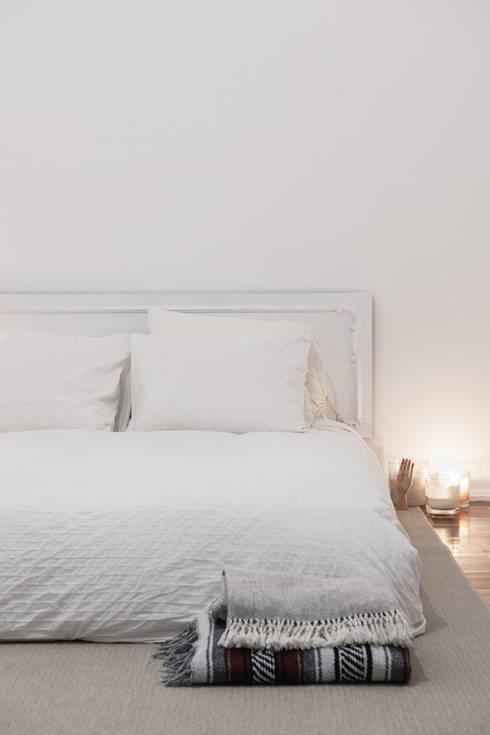 Detalhe da cama: Quarto  por Arkstudio