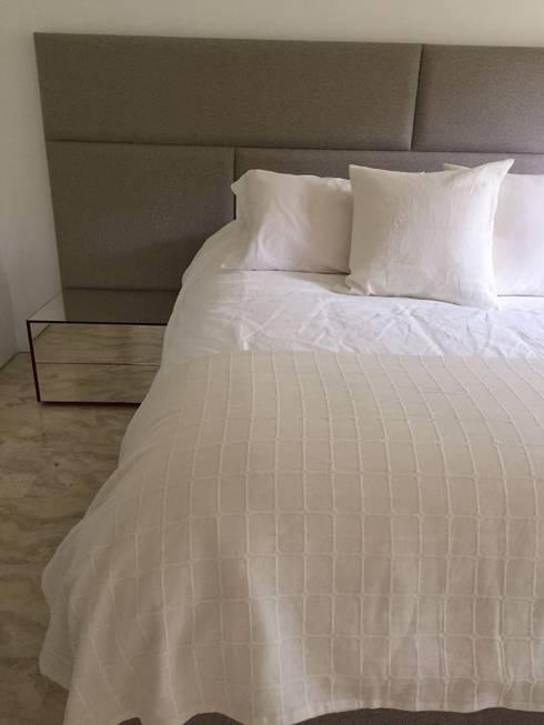 Apto. Los Palos Grandes.: Cuartos de estilo moderno por THE muebles
