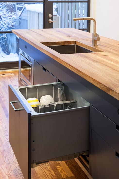 Island with Dishwasher Drawer:  Kitchen by STUDIO Z
