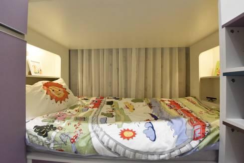 家的品味:  嬰兒/兒童房 by 皇室空間室內設計