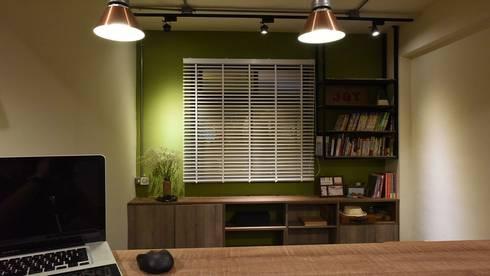 老屋新生:  書房/辦公室 by 皇室空間室內設計